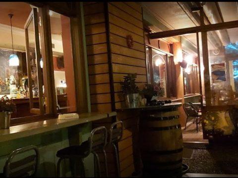 Εν Φλύα: Στο παλαιότερο μπαρ του Χαλανδρίου παίζουν με τις τάπες των βαρελιών…