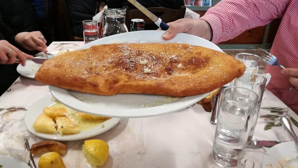 Δεν χωράνε οι πατάτες στα πιάτα: Η ταβέρνα-μύθος που έχει τις πιο εξωπραγματικά μεγάλες μερίδες στην Ελλάδα (Pics)