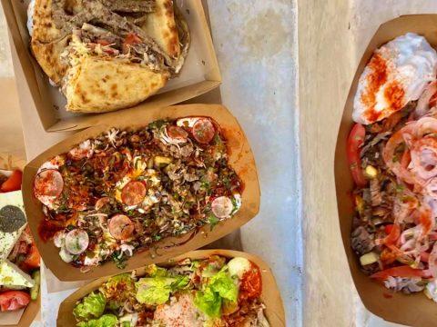 Μυθικό σουβλάκι: Πίτα με προβατίνα στο πιο κυριλέ σουβλατζίδικο της πόλης