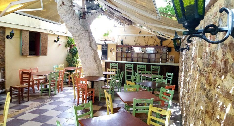 Μεταξού: Η ταβέρνα με την πιο ωραία αυλή της Αθήνας θα σε ταξιδέψει στο 1960