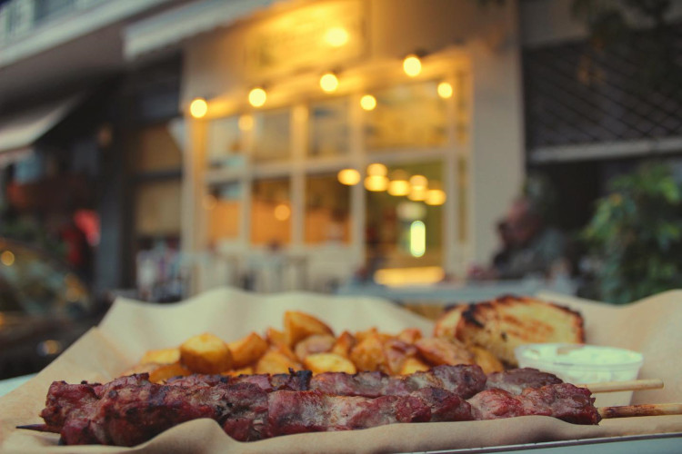 Ο «Μπούλης»: Το σουβλατζίδικο με το λιτό κατάλογο και την… υπέρβαρη γεύση