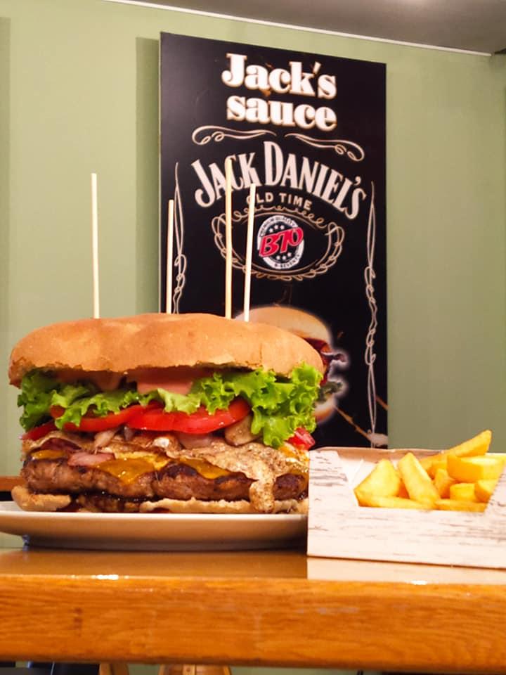 «Well-Done Burger»: Βρήκαμε ένα από τα μεγαλύτερα burger της πόλης και πρέπει να το γευθείς