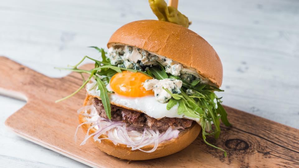 B for Burger: Εκεί θα δοκιμάσεις το πιο ιδιαίτερο και πρωτότυπο burger της πόλης