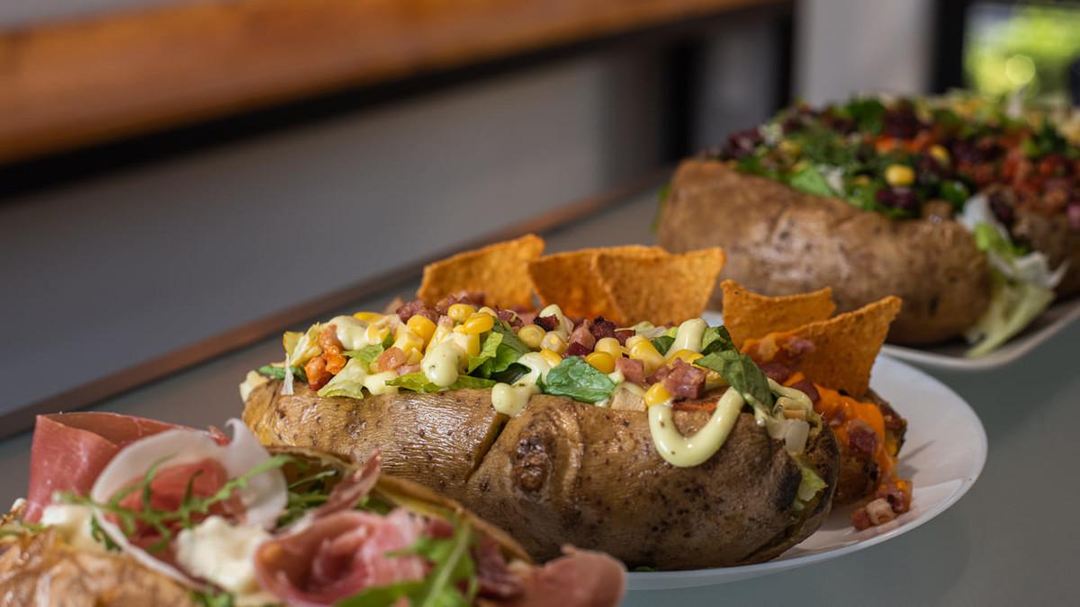 «Hot Potato Bar»: Τα «άπαντα» της πατάτας σε ένα μαγαζί αφιερωμένο στους λάτρεις της