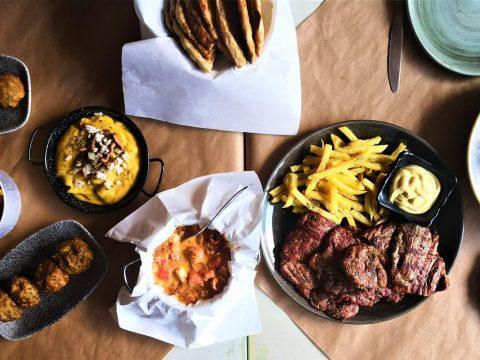 Το καλύτερο σουβλάκι του Χαλανδρίου, τρώγεται «Στο χέρι»