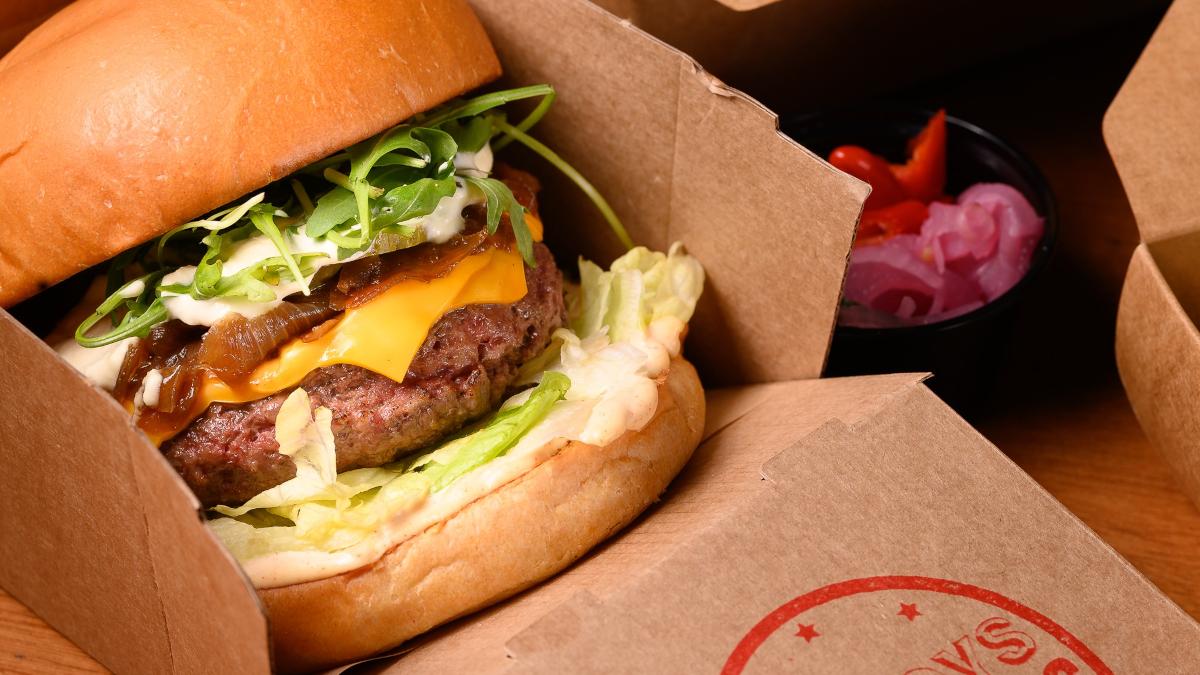 Po' Boys BBQ: Το «καπνιστό» burger φτιάχνεται στην καρδιά του Ψυρρή
